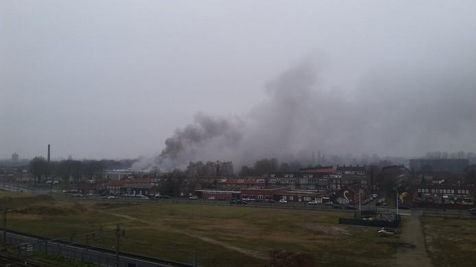 Brand in Breda. De rook trekt richting het noorden van Breda.