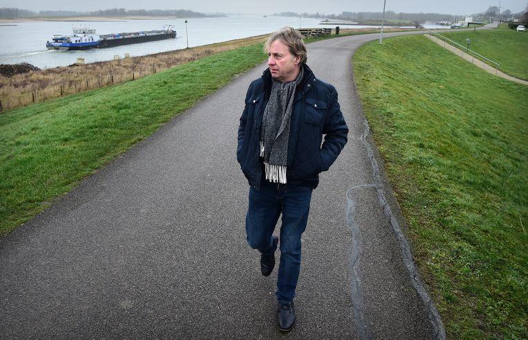 Willy van Zon. In 1995 was hij dijkcoördinator. 'We hebben hier duizenden zandzakken gelegd.'  Beeld Marcel van den Bergh