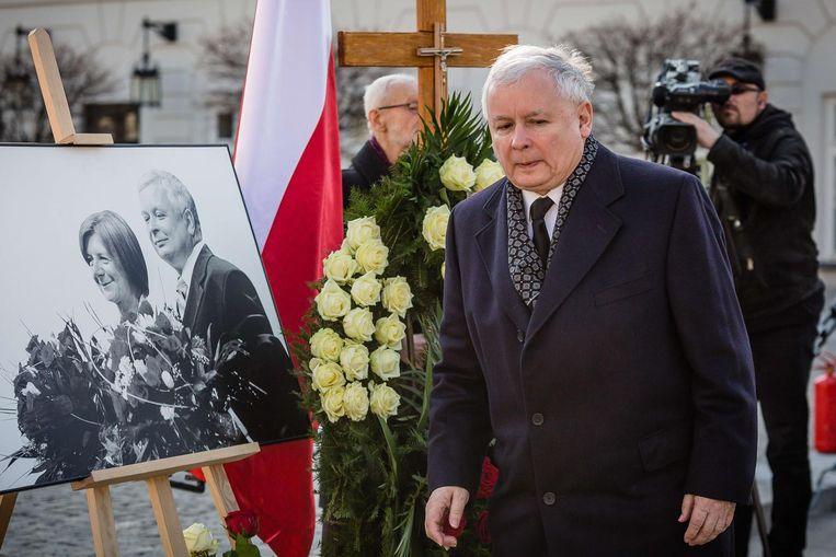 Jaroslaw bij de herdenkingsdienst van zijn broer. Beeld afp