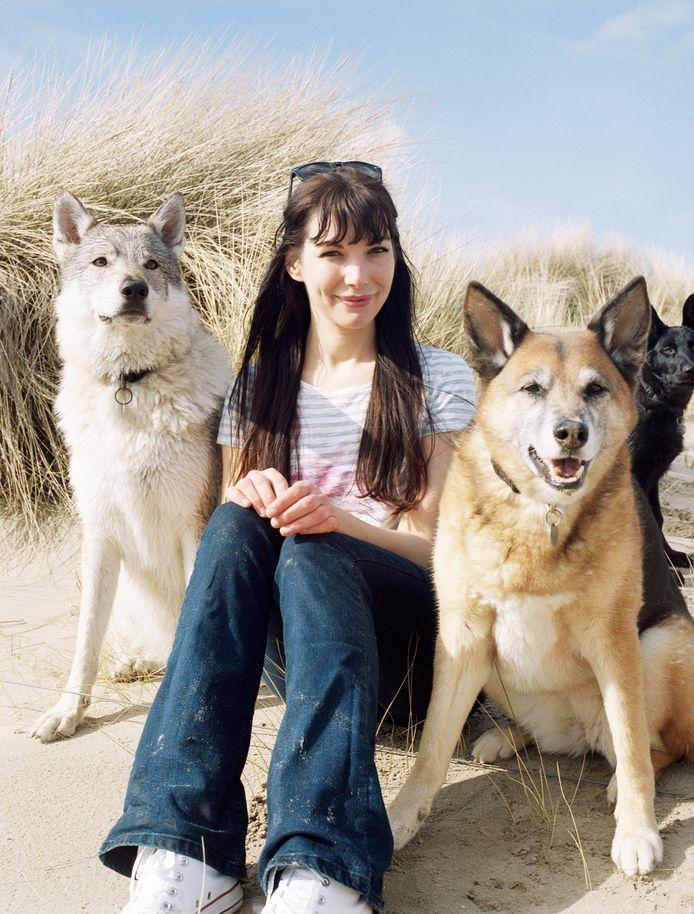 Schrijfster Judith Visser uit Rockanje samen met haar honden.