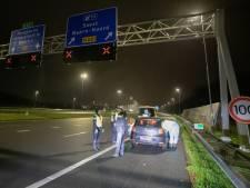 Automobiliste parkeert auto midden op snelweg
