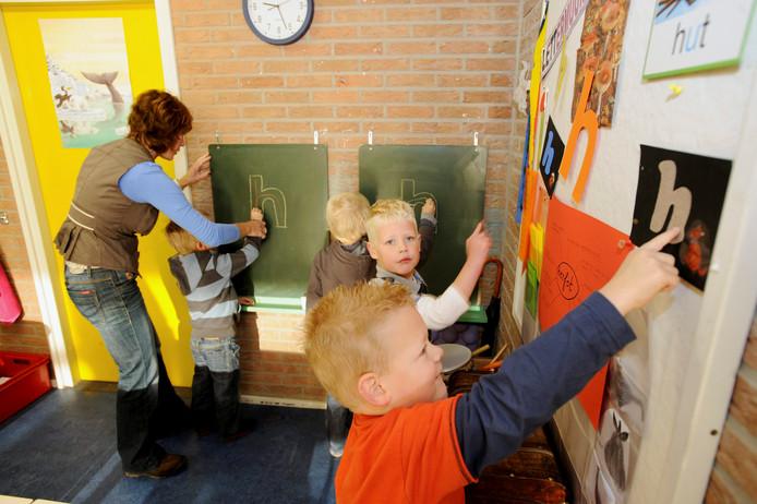 Een basisschool biedt extra hulp bij taalachterstanden: een speciaal hoekje om letters over te trekken.