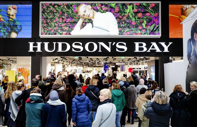 Nog geen drie weken geleden werd het vijftiende filiaal van Hudson's Bay geopend, in Utrecht. Vraag is hoe lang het open blijft.
