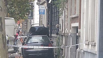 Wegpiraat zonder papieren rijdt in op politieman