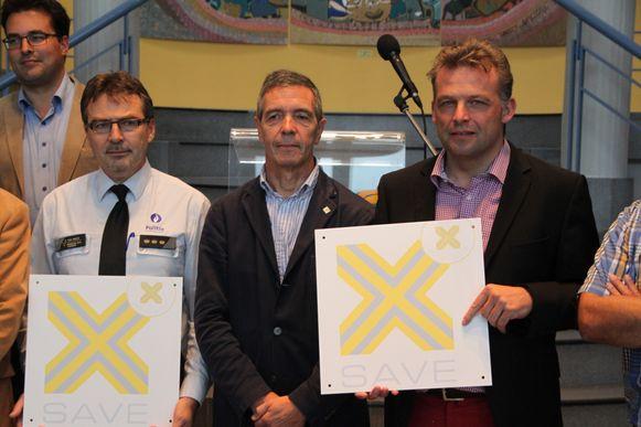 Burgemeester Steve Vandenberghe en korpschef Erik Van Parys kregen het bord van voorzitter Koen Van Wonterghem.