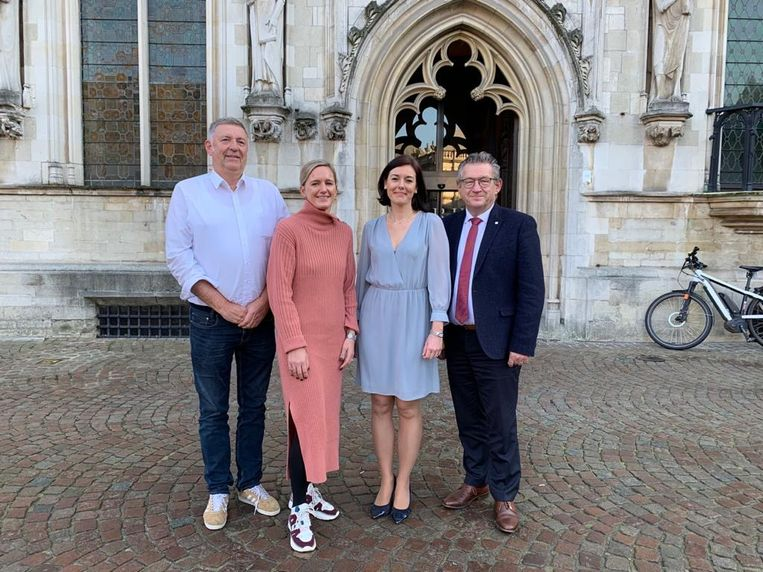 Philip Pierins, Julie Lievens, Sarah Cornand en burgemeester Dirk De fauw.