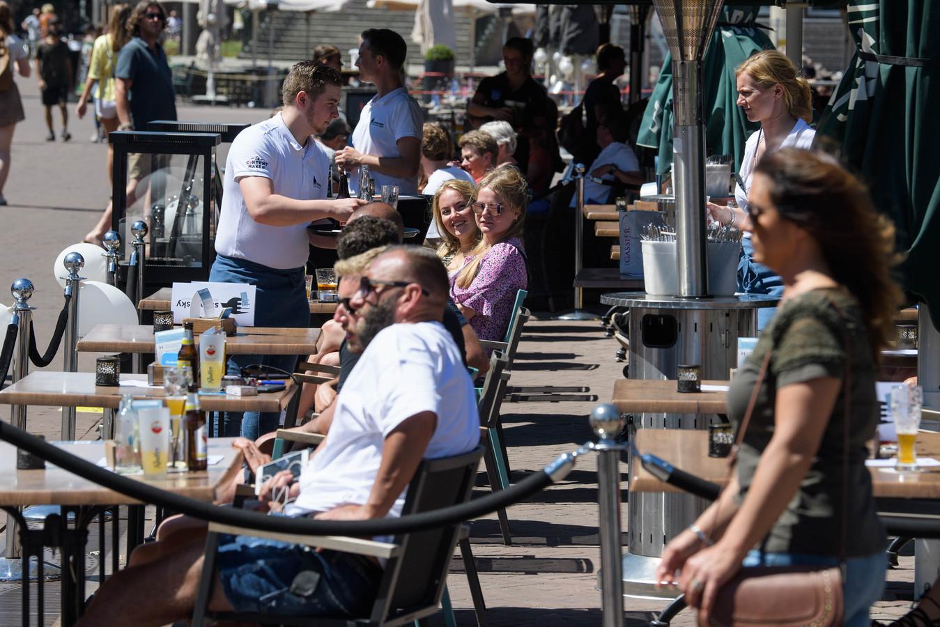 Op meerdere plekken in Twente zijn de terrassen weer geopend, zoals hier in de Hengelose binnenstad.
