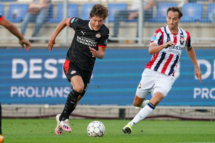 Freek Heerkens (r) met Sam Lammers van PSV.