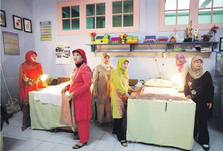 De snij- en knipattributen liggen klaar in Bandung (Indonesië). Nu is het wachten op maar liefst 248 moslimmeisjes die collectief zullen worden besneden. Vroedvrouwen gaan de ingrepen aan de geslachtsdelen uitvoeren, ter gelegenheid van de verjaardag van de profeet Mohammed. Volgens de vrouwen verhoort Allah geen gebeden van onbesneden meisjes. Beeld VI/HH