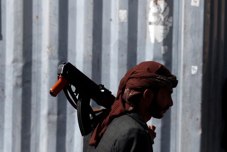 Een gewapende aanhanger van de Houthi-rebellen. Beeld EPA