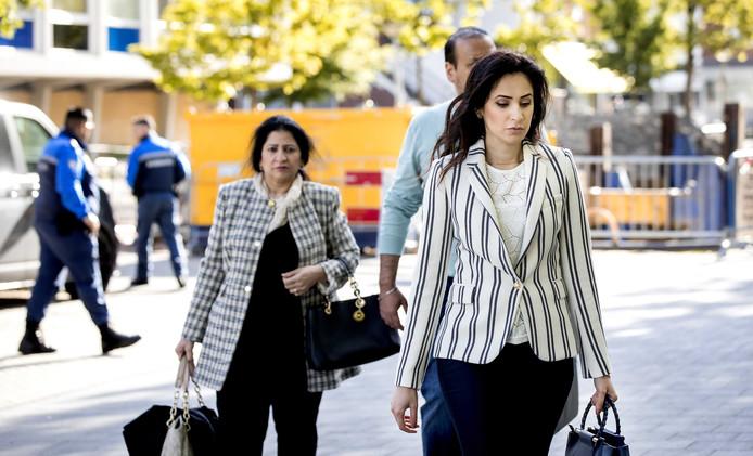 Nadia Rashid, moeder van Insiya, komt aan bij de rechtbank in Amsterdam