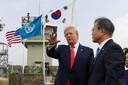 De Zuid-Koreaanse president Moon Jae-in en de Amerikaanse president Donald Trump op een uitkijkpost in de gedemilitariseerde zone