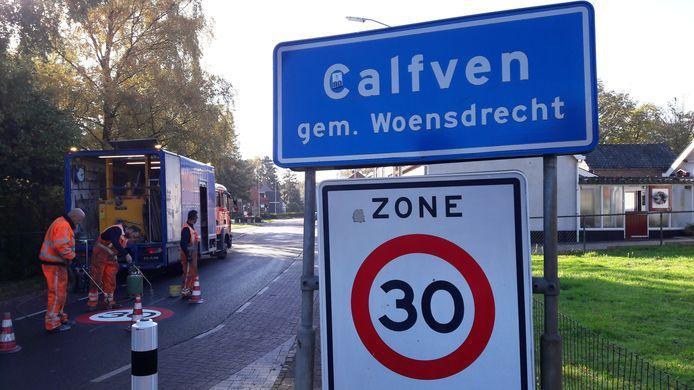 Bij het binnenrijden van Calfven aan de zuidkant en hier in het noorden vanuit Hoogerheide is een 30-kilometerbord op het wegdek aangebracht.