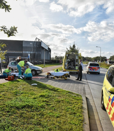 Scooterrijdster gewond na aanrijding met auto in Tilburg