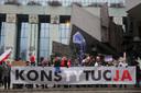 Rechters en advocaten vanuit heel Europa kwamen eerder dit jaar in Warschau samen om te demonstreren tegen wijzigingen van gerechtelijke wetten in Polen.
