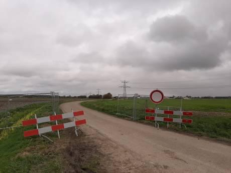 Fietsers negeren afsluiting van weg tussen Heinkenszand en Goes en gooien hekken in de sloot