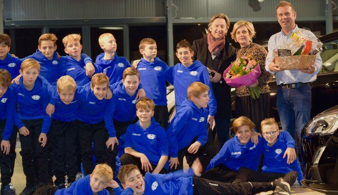 De spelers van de U13 van KVK Tienen kwamen de nieuwe werkplaats mee openen.