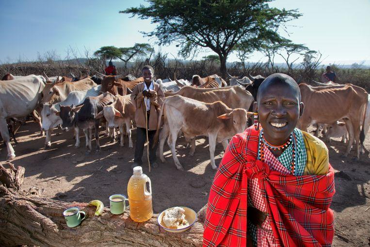 Een vrouwelijke Masaï-herder in Kenia met haar rantsoen voor één dag. Tijdens periodes van extreme droogte krijgt ze met moeite 800 calorieën per dag binnen.