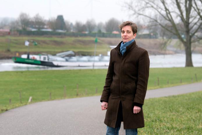 Schrijfster Mariken Heitman aan de IJssel bij haar geboortedorp Rheden.