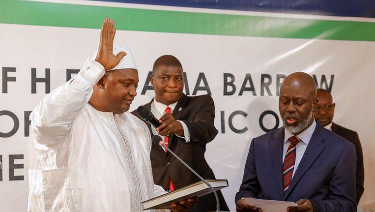 President Adama Barrow wordt beëdigd als president van Gambia, op 19 januari. Beeld null