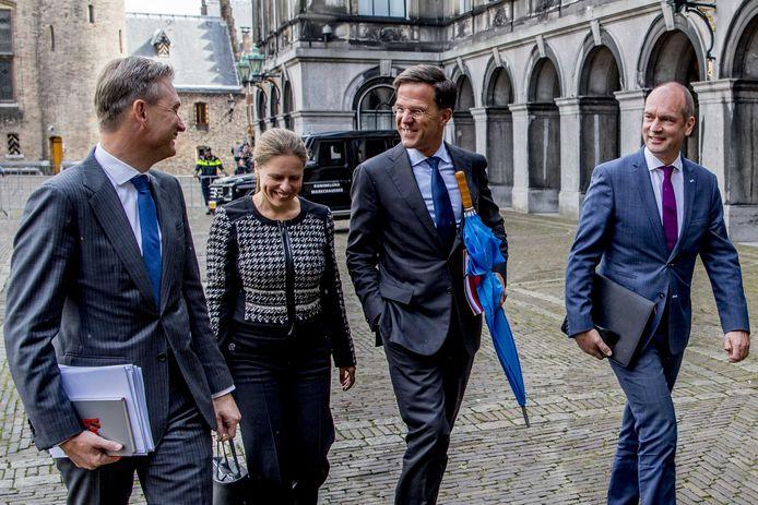 Gert-Jan Segers en Carola Schouten (ChristenUnie) komen samen met Mark Rutte en Halbe Zijlstra (VVD) aan op het Binnenhof waar de onderhandelaars van VVD, CDA, D66 en ChristenUnie spreken met informateur Gerrit Zalm.