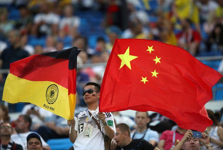 Een Chinese voetballiefhebber als supporter van Duitsland op de tribune tijdens het duel Duitsland-Zweden. Beeld AP