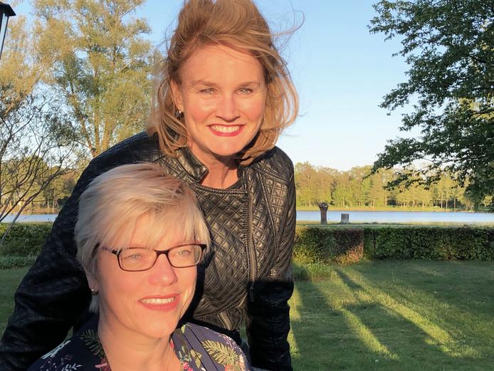 Getty Schepers (r) en Margreet Dolphijn zijn de initiatiefnemers achter de ontmoetingsavonden.