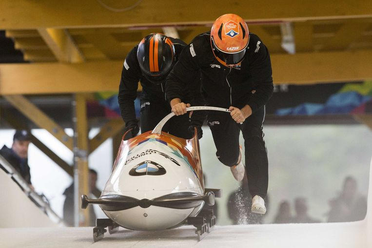 Janko Franjic, Jeroen Piek en Dennis Veenker onthullen de nieuwe bobslee tijdens het trainingskamp in Lillehammer. Beeld ANP