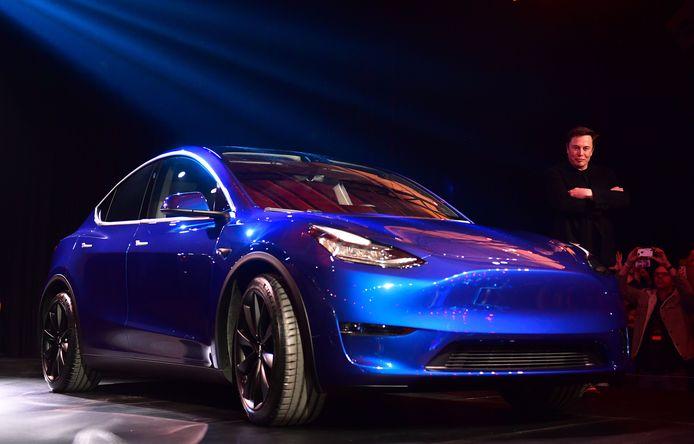 In maart poseerde Elon Musk vol trots bij de zojuist onthulde Model Y