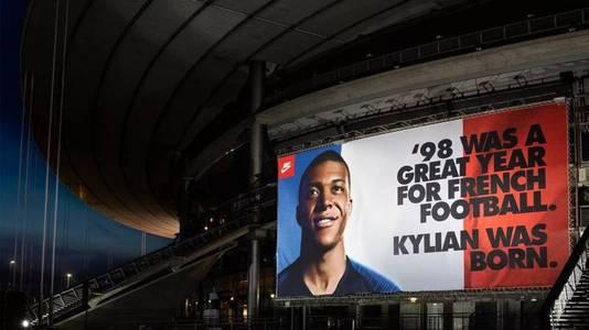 De advertentie afgelopen zomer met Kylian Mbappé op het Stade de France