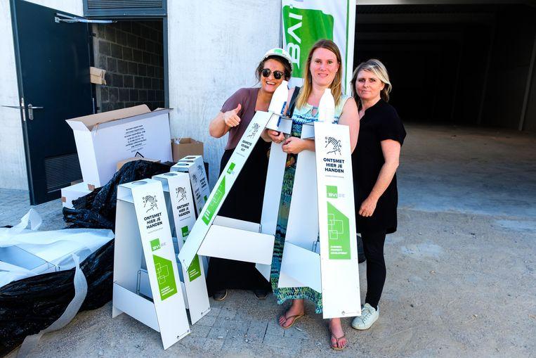 Tess en Tina van BVI, ontwikkelaar van bedrijvenpark Gate 7 te Kontich, delen handgel uit aan Greet Slegers van Konsilanto.