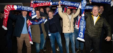 Spakenburgse voetbalfans met 30 bussen op weg naar de Arena