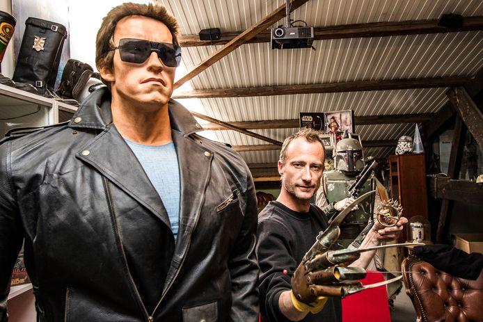 Jeroen Geertman met de horrorhand van Freddy Krueger. Naast hem Arnold Schwarzenegger als de Terminator.