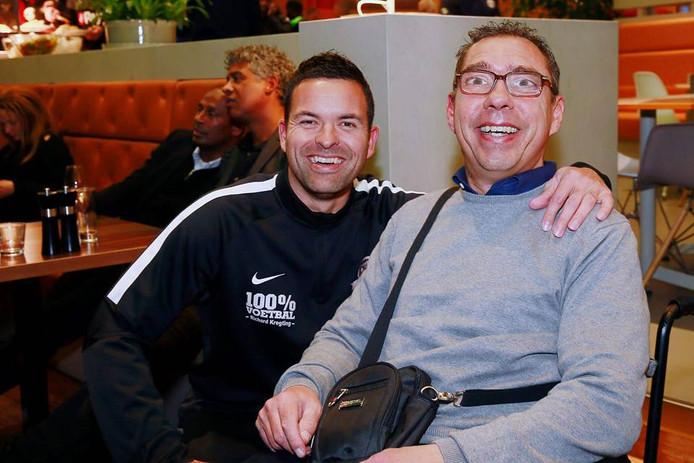 Ronnie Eggenhuizen (rechts) en oud-NEC-keeper Dennis Gentenaar bij de boekpresentatie van de biografie van Johan Neeskens. Foto: Henny Eggenhuizen
