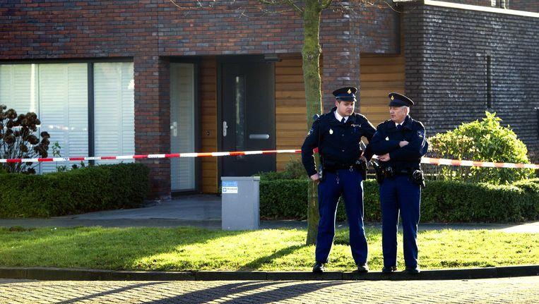 Twee agenten houden de wacht bij de woning van Claudia Oskam Beeld ANP