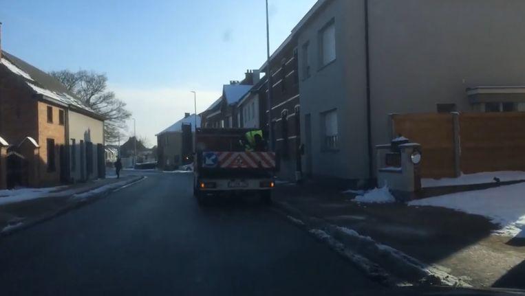 In het filmpje is te zien hoe de voetpaden op de Kouterbaan worden bestrooid.
