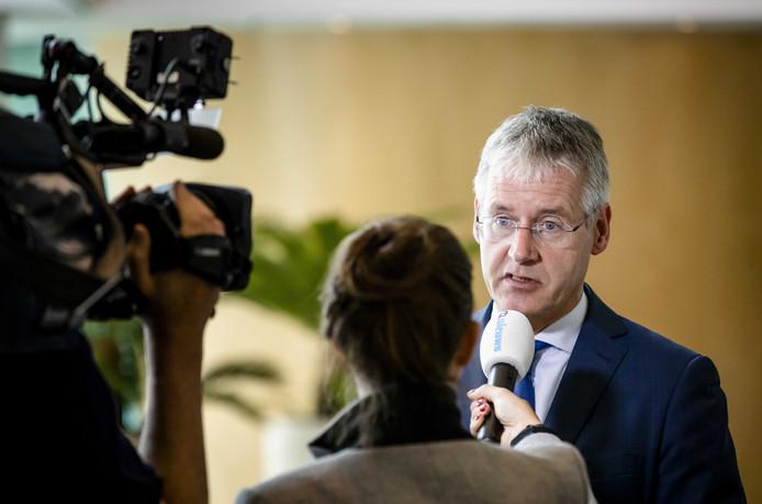 Minister Arie Slob (Voortgezet Onderwijs) zei gelijk na de openbaarmaking van het kritische inspectierapport dat het schoolbestuur moet opstappen