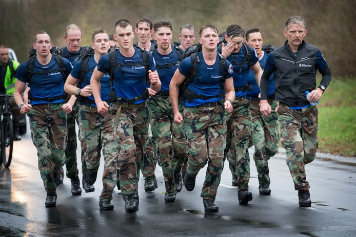Mariniers in Gilze-Rijen tijdens een training voor de recordpoging.