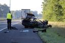 De politie verricht onderzoek bij de resten van de auto op de A73 bij Vierlingsbeek.