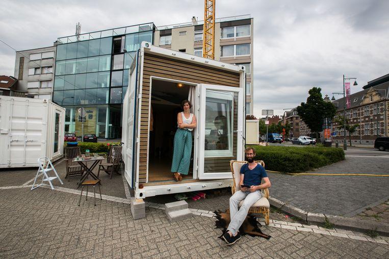 Architecten Marlies Vermeulen en Remy Kroese aan hun wooncontainers op de Kolenkaai in Genk. Daar woonden, leefden en werkten ze drie maanden lang om de Groene Boulevard onder de loep te nemen.