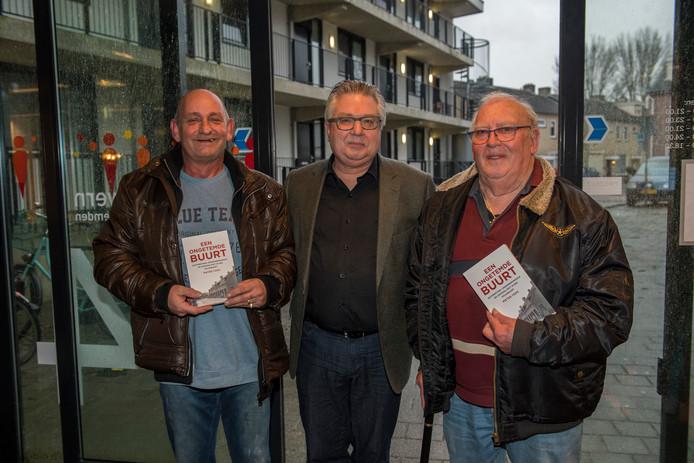 Hoogleraar Pieter Tops temidden van de buurtbewoners Jo Janssens en Jan de Fyter.