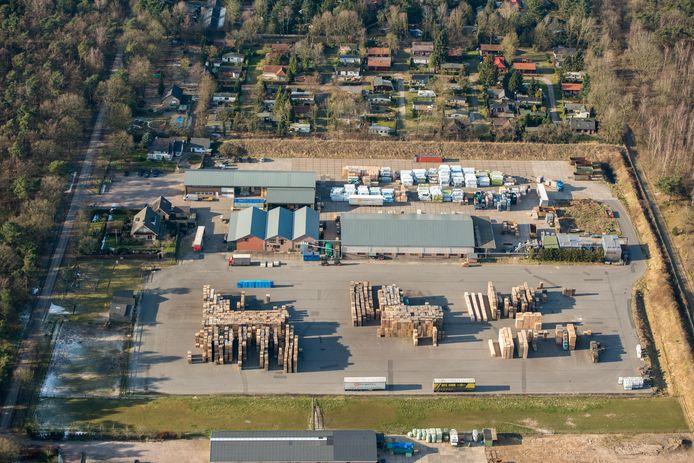 Timmer- en palletfabriek Ten Hove aan de Haspel (l). Aan de noordkant van het bedrijf ligt camping Jacarja.