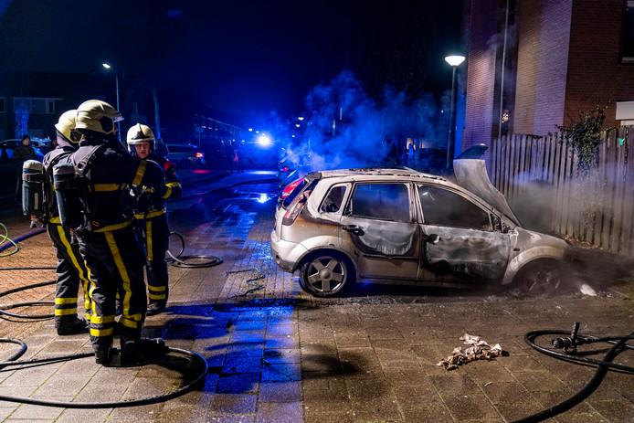Brandweer bij de autobrand in Oosterhout.