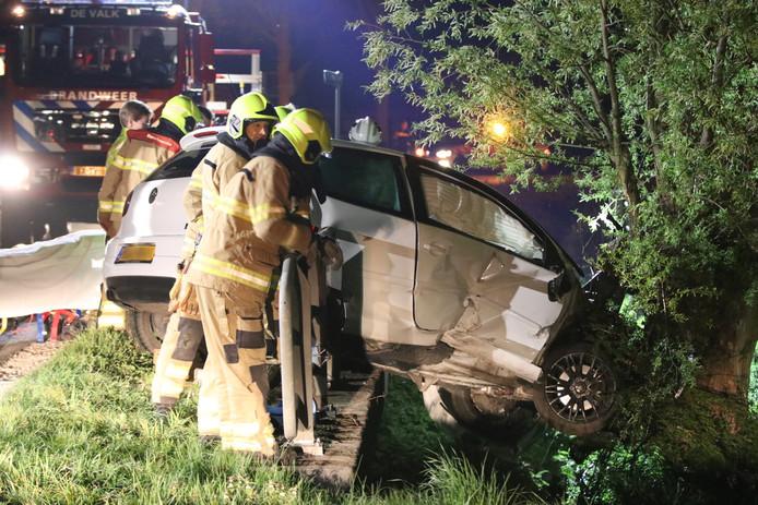 De auto bleef net boven de sloot steken, waardoor de brandweer de bestuurder uit de auto moest bevrijden.