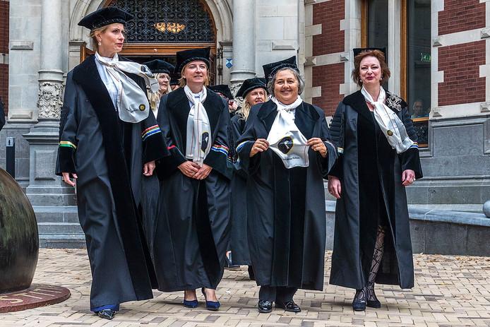 De vrouwelijke hoogleraren lopen voorop, met in plaats van een witte bef een sjaal met de beeltenis van Johanna Westdijk, 100 jaar geleden de eerste vrouwelijke hoogleraar in Utrecht. Links: Annetje Ottow. Rechts: Naomi Ellemers.
