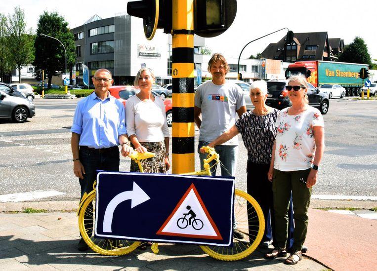 De Fietsersbond plaatste een gele ringfiets op het kruispunt van de Ring met Steenweg op Zevendonk.