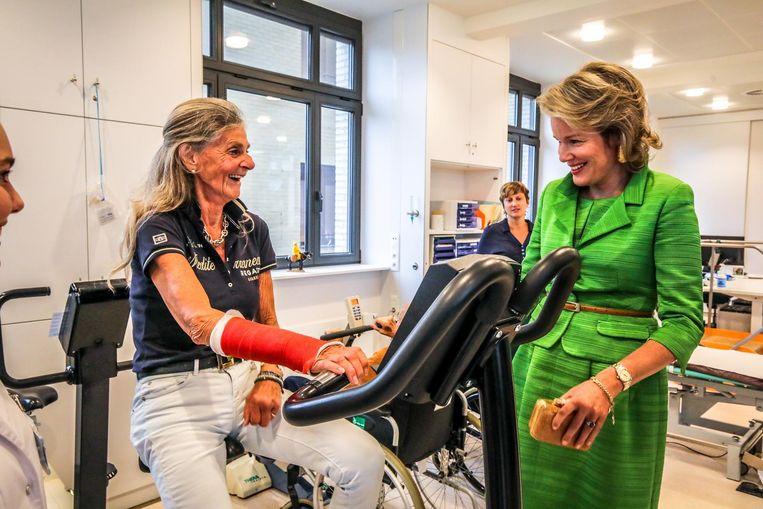 De koningin slaat een praatje met een patiënte in het Koningin Elisabeth Instituut .