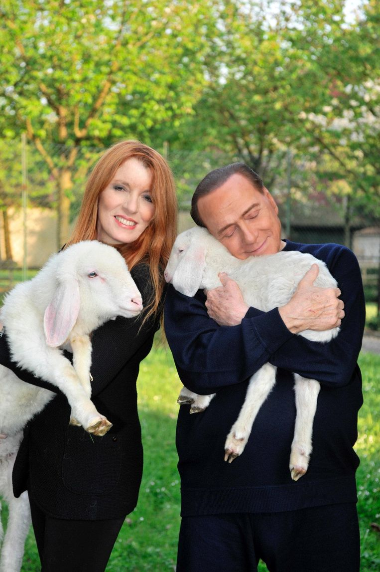 Michela Vittoria Brambilla, dierenrechtenactivist en Forza Italia-politicus, knuffelt lammetjes met Silvio Berlusconi, die in 2016 vegetariër werd. Beeld getty
