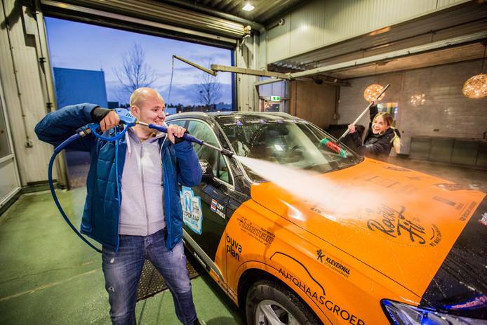 Dani Levy en Pauline Stinga staan te popelen om aan hun avontuur te beginnen. ,,Het zal lastig worden om de auto in die omstandigheden op de weg te houden.''