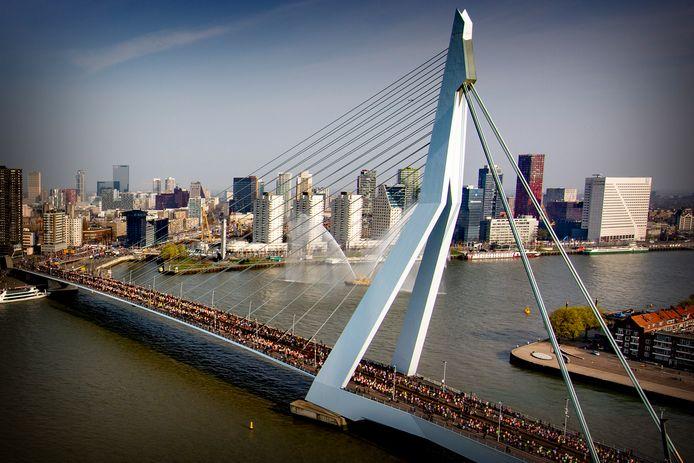 Lopers gaan over de Erasmusbrug tijdens de NN marathon van Rotterdam vorig jaar.